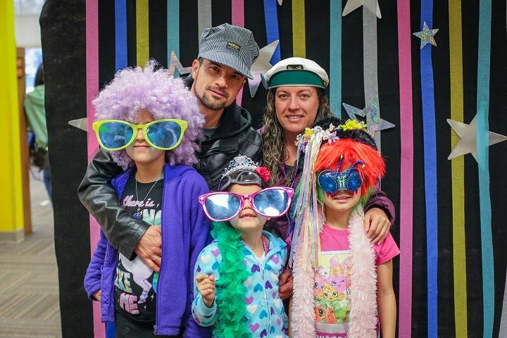 Family in photo booth at El Día